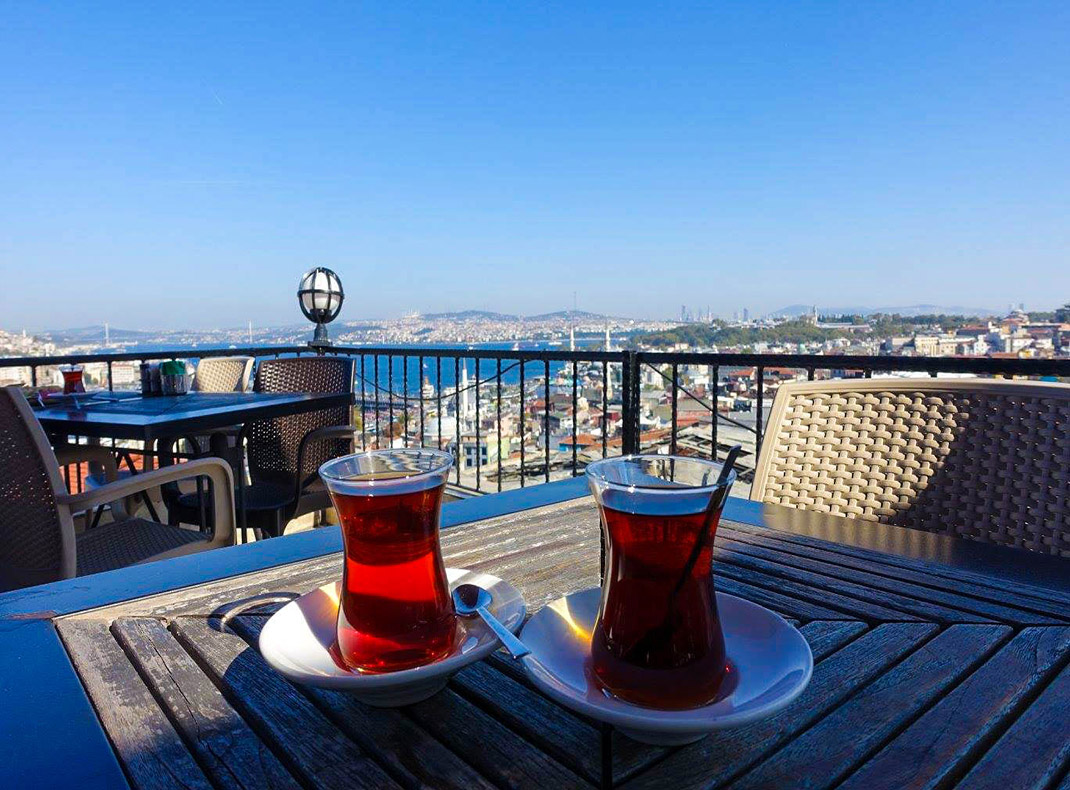 drinking-tea-in-istanbul-turkey